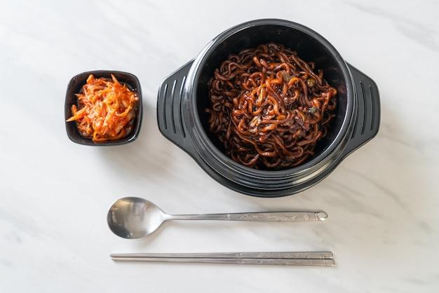 Spaghetti noir coréen ou nouilles instantanées avec sauce de soja chajung rôti (chapagetti) - style cuisine coréenne