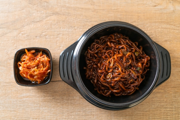 Spaghetti noir coréen ou nouilles instantanées avec sauce soja chajung rôtie