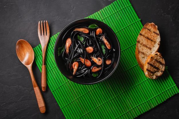 Spaghetti noir à l'encre de seiche et fruits de mer. vue de dessus