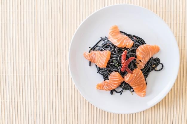 Spaghetti noir épicé au saumon