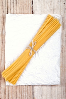 Spaghetti sur papier blanc