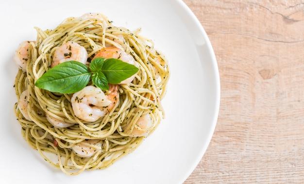 Spaghetti de pâtes au pesto vert et aux crevettes