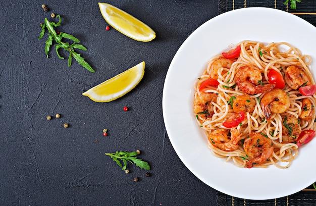 Spaghetti de pâtes aux crevettes, tomate et persil. repas sain. nourriture italienne. vue de dessus. mise à plat