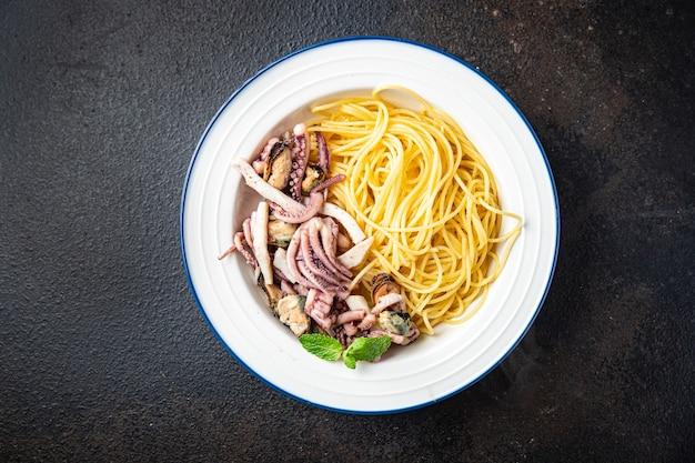 Spaghetti pâtes aux fruits de mer moules calmars poulpe crevettes portion fraîche prête à manger collation repas