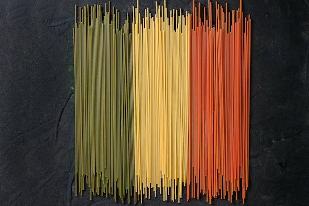 Spaghetti de pâtes colorées sèches