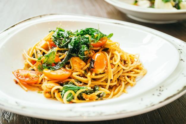 Spaghetti et pâtes épicées au saumon
