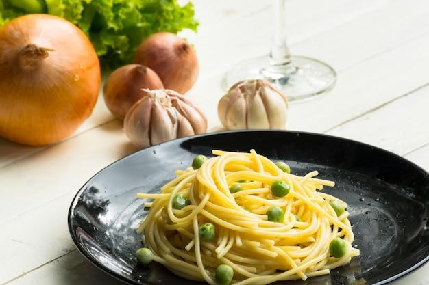 Spaghetti ou pâtes et ingrédient sur la table blanche. fermer