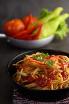 Spaghetti pâtes italiennes appétissantes avec sauce tomate