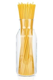 Spaghetti de pâtes italiennes séchées dans une bouteille en verre transparent ouvert isolé sur fond blanc