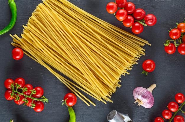Spaghetti de pâtes non cuites, vue de dessus