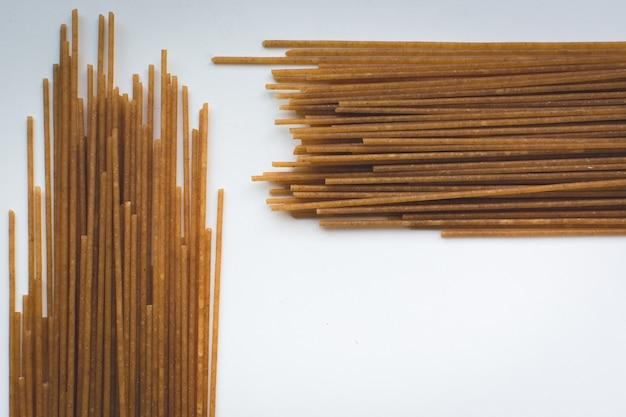 Spaghetti de pâtes symétriques sur fond blanc