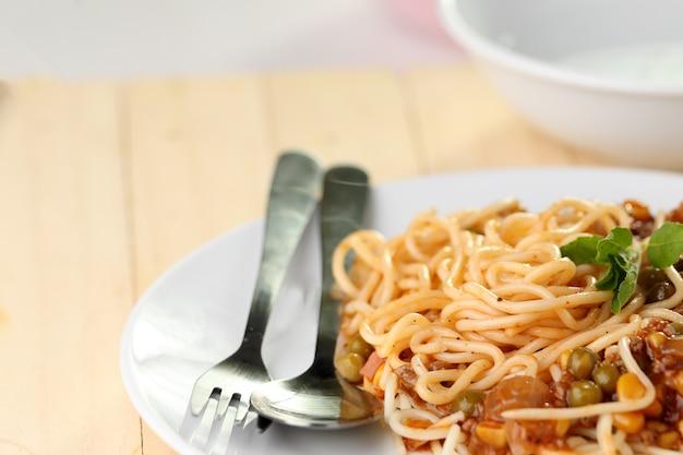 Spaghetti sur plat blanc