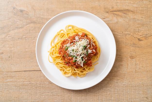 Spaghetti de porc à la bolognaise ou spaghetti à la sauce tomate de porc hachée - cuisine italienne