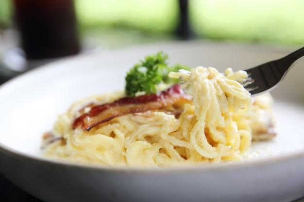 Spaghetti sauce blanche au bacon et au fromage