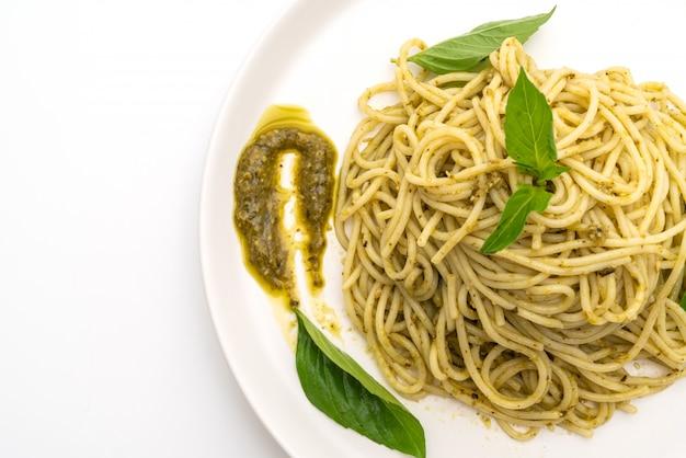 Spaghetti à la sauce pesto, huile d'olive et feuilles de basilic.