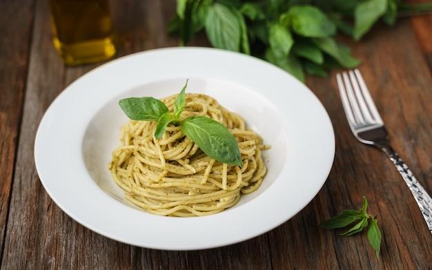 Spaghetti à la sauce pesto italienne dans un plat blanc
