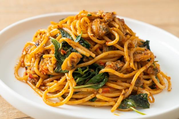 Spaghetti sauté aux palourdes et pâte de piment - style de cuisine fusion