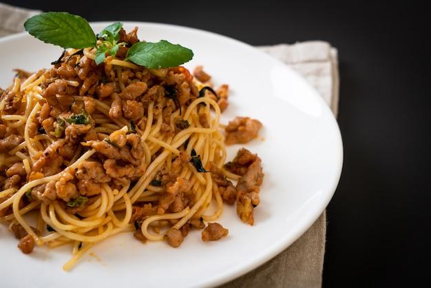 Spaghetti sautés au porc émincé et au basilic