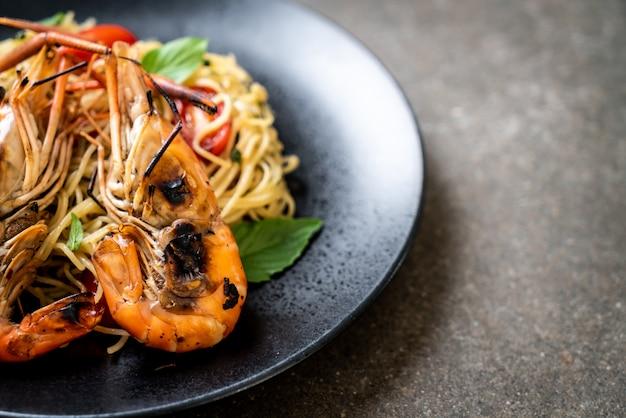 Spaghetti sautés aux crevettes et tomates grillées