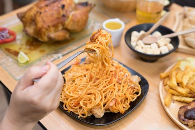 Spaghetti servi sur une plaque noire