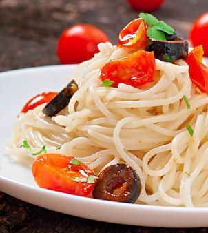 Spaghetti à la tomate et aux olives