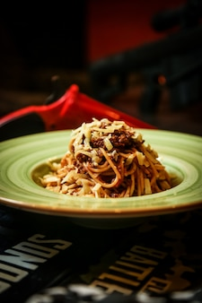 Spaghetti viande bolognaise tomate parmesan vue latérale