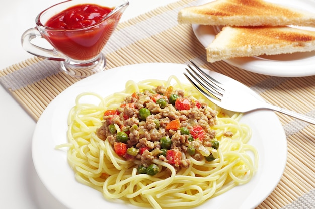 Spaghetti à la viande hachée et aux légumes sur table