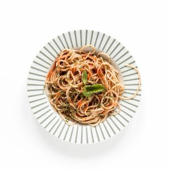 Spaghetti vue de dessus servi dans l'assiette