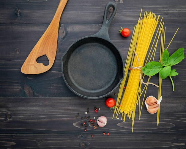 Les spaghettis minces sur fond en bois noir.