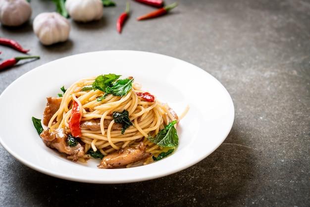 Spaghettis sautés au poulet et basilic