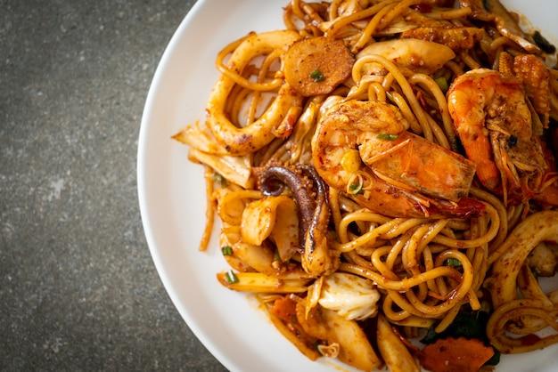 Spaghettis séchés aux fruits de mer tom yum sautés - style fusion food