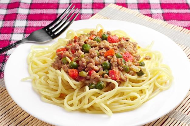 Spaghettis à la viande hachée et aux légumes
