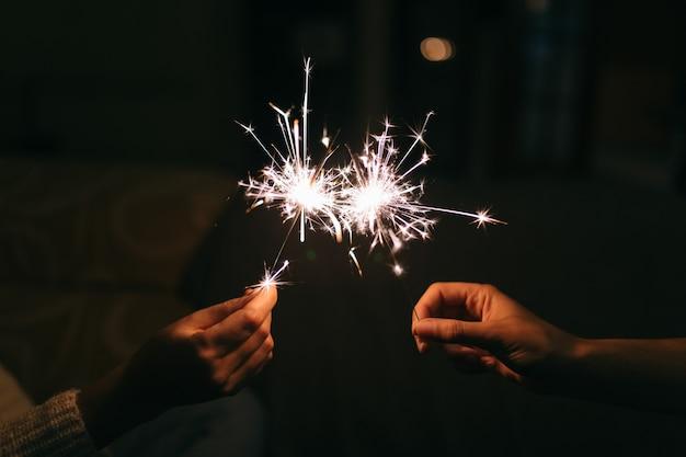Sparkler brûlant du nouvel an.