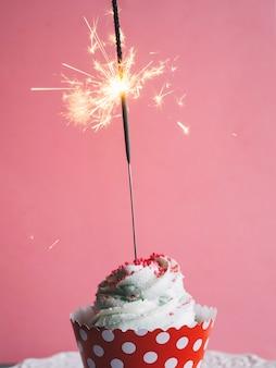 Sparkler mis dans le cupcake