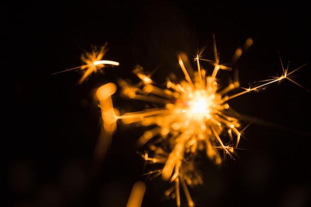 Sparkler de noël sur fond sombre
