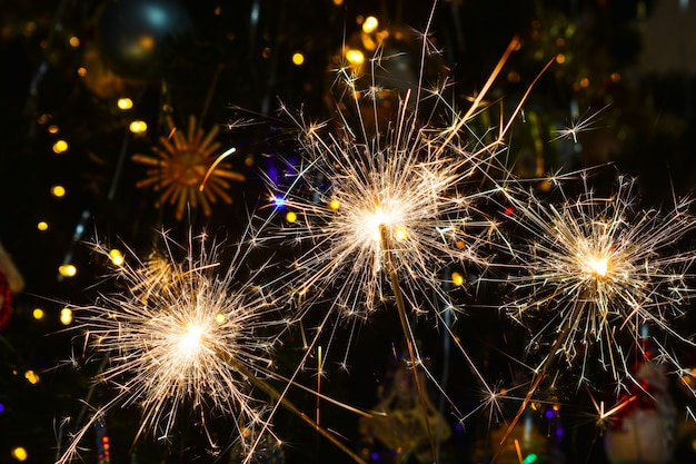 Sparklers sur fond sombre, feux d'artifice sur le ciel nocturne