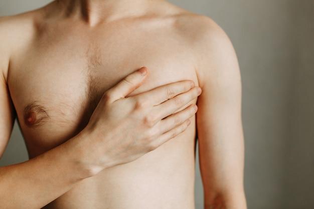 Un spasme dans le cœur de l'homme lésions des organes de la poitrine problèmes cardiaques zone de la blessure