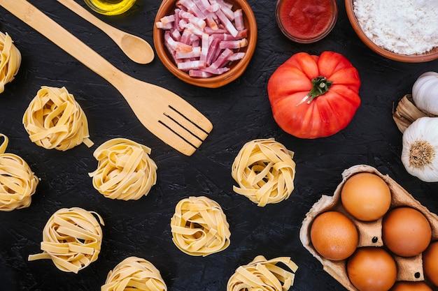 Spatule et cuillère près des ingrédients