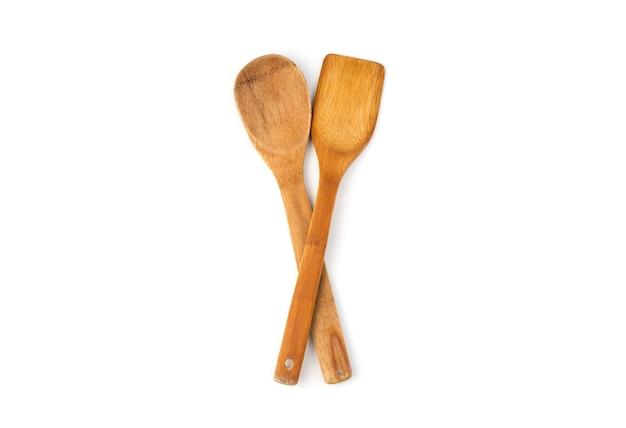 Spatules de cuisine en bois naturel sur fond blanc.