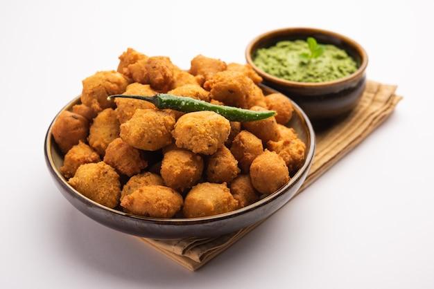 Spécial mousson moong dal vada, pakoda, dalwada, pakora ou mungdal bhajiya ou beignets jaunes fendus servis avec chutney vert