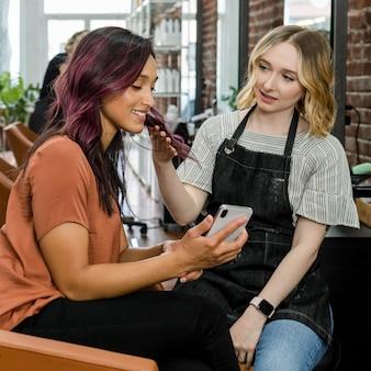 Spécialiste conseillant la coiffure adaptée au client