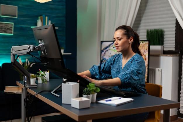 Spécialiste de la retouche photo travaillant comme graphiste au bureau