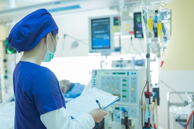 Le spécialiste vérifie l'équipement de thérapie de remplacement rénal en continu, la pompe d'injection et la machine d'hémodialyse.