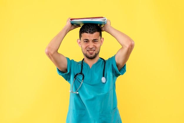 Spécialiste de la vue latérale un médecin est mécontent des analyses d'un patient atteint de coronavirus