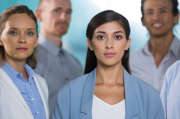 Spécialistes féminins intelligents confiant en succès