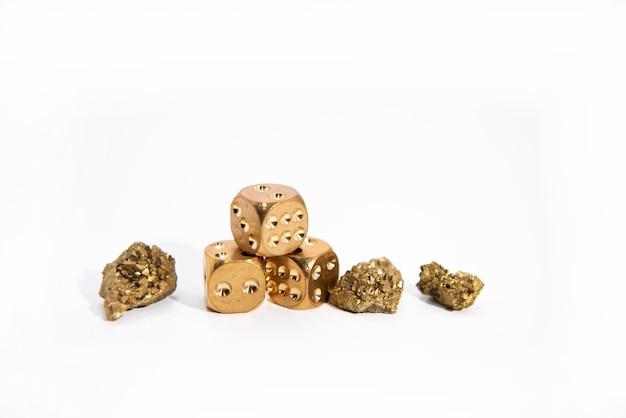 Spécimens minéraux de pierre brute nue de groupe de cristal d'agate de titane d'or de quartz naturel