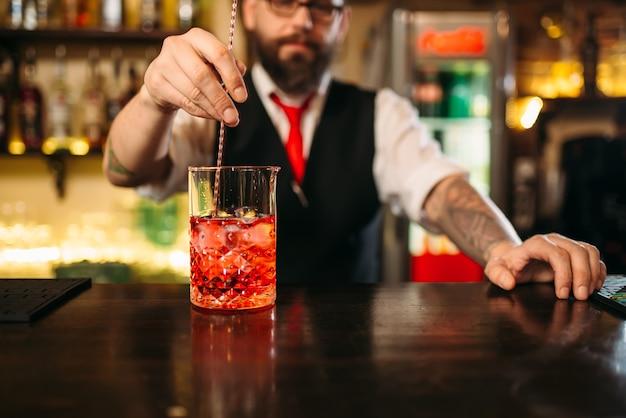 Spectacle attrayant de préparation de boissons alcoolisées