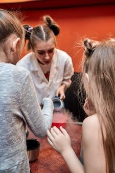 Spectacle chimique pour les enfants. le professeur a effectué des expériences chimiques avec de l'azote liquide pour la petite fille d'anniversaire.