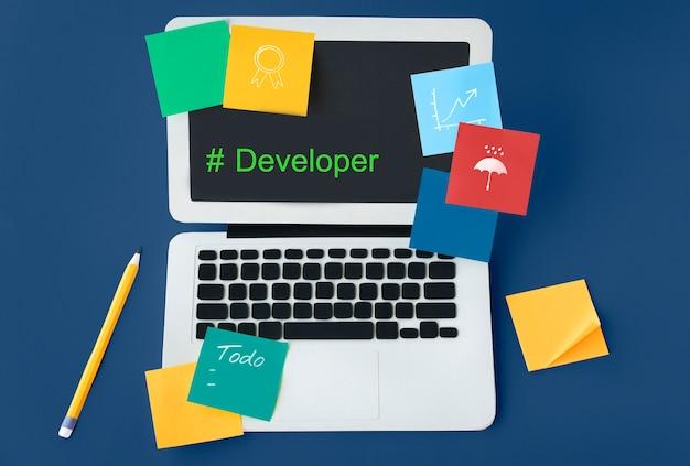 Spectacle d'écran d'ordinateur sur le mot de développeur de hashtag