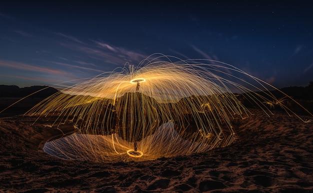 Spectacle de feu incroyable au crépuscule